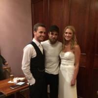 Robert Pattinson : surprise, il s'incruste sur des photos de mariage