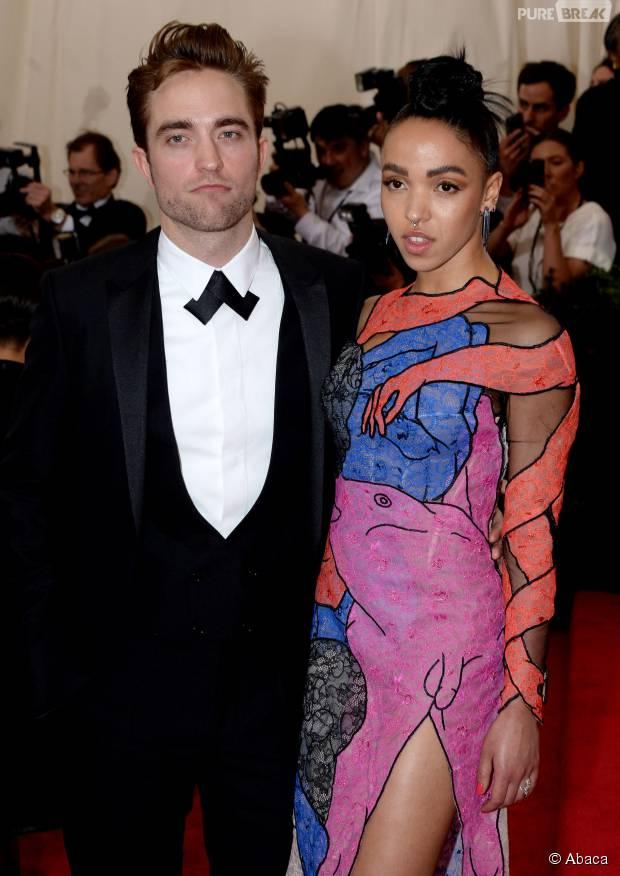 Robert Pattinson et FKA Twigs en couple sur le tapis rouge du MET Gala, le 4 mai 2015