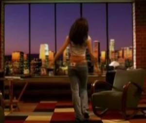 Jenifer en string rouge dans son clip Des mots qui résonnent