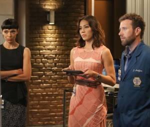 Bones saison 11, épisode 1 : Camille, Angela et Hodgins sur une photo