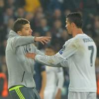Cristiano Ronaldo : un supporter se jette sur CR7 pour un câlin en plein PSG vs Real Madrid