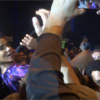 Shy'm : elle court, se jette dans la foule... et tombe en concert à Bercy