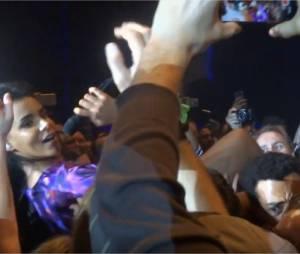 Shy'm se jette dans le public et tombe à Bercy, le 17 novembre 2015 à Paris