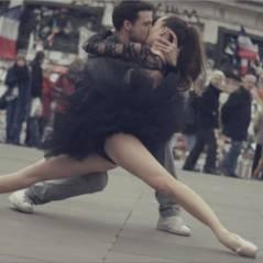 Des danseurs rendent hommage à Paris en s'embrassant dans les rues de la capitale