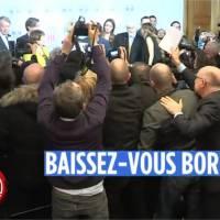 Pamela Anderson à l'Assemblée nationale : un journaliste pète les plombs et frappe ses collègues