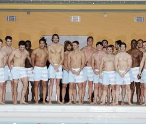 Camille Lacourt sexy et torse nu avec les joueurs du Racing 92 pour Clarins à la piscine Molitor, le 17 février 2016
