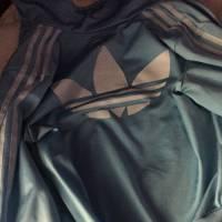 De quelle couleur est la veste Adidas ? Blanche et bleue ou noire et marron ? Nouveau buzz énervant