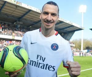 Zlatan Ibrahimovic et son ballon du quadruplé après le match Troyes vs PSG, le 13 mars 2016