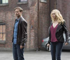 The Vampire Diaries saison 7, épisode 20 : Alaric (Matt Davis) et Caroline (Candice Accola) sur une photo