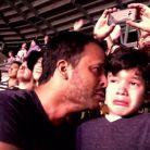 Un père et son fils autiste en larmes au concert de Coldplay, la vidéo bouleversante