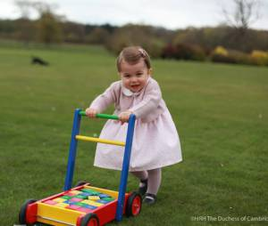 Princesse Charlotte trop chou dans un jardin