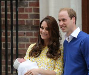 Princesse Charlotte quitte l'hôpital Saint Mary's avec Kate Middleton et le Prince William le 2 mai 2015