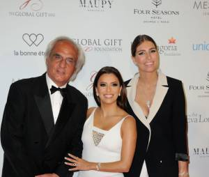 Laury Thilleman pose avec eva Longoria au Global Gift Gala le 9 mai 2016 à Paris