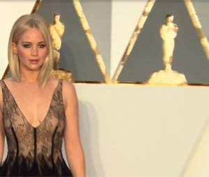 Jennifer Lawrence sur le tapis rouge des Oscars 2016