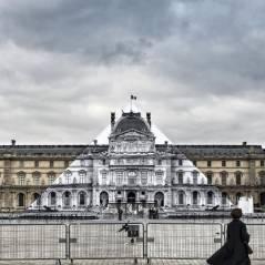 JR fait disparaître la pyramide du Louvre comme par magie