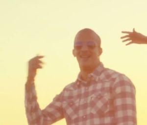 John Mamann, Lartiste et Rim'K dansent au soleil.