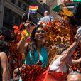 Un char aux couleurs d'Orange is the new black lors de la Gay Pride de New-York le 26 juin 2016