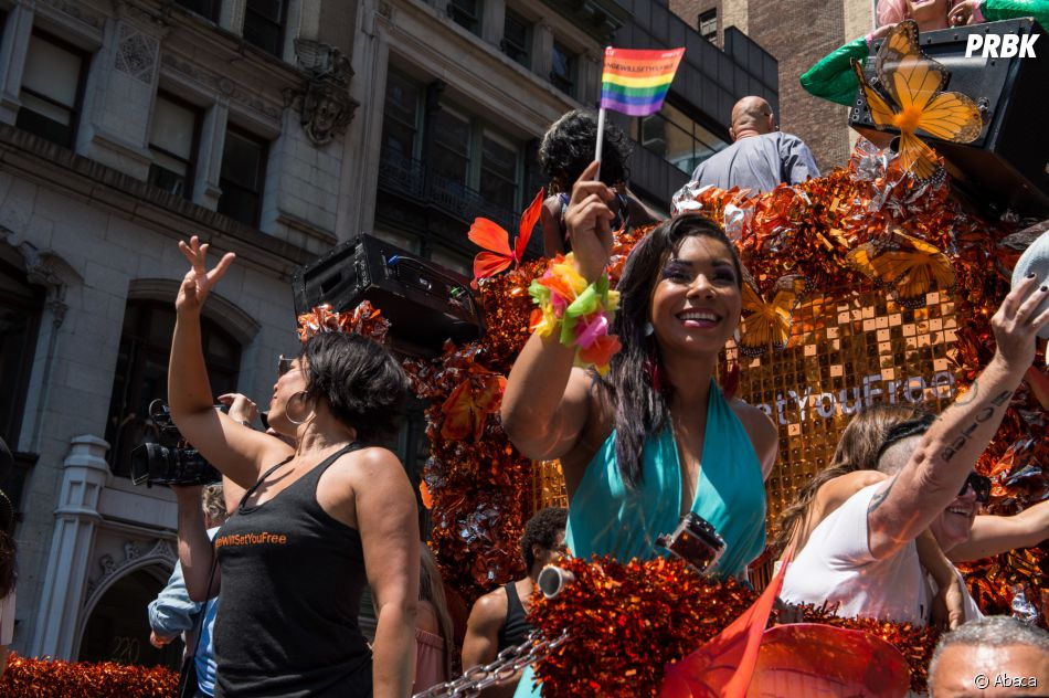 Un char aux couleurs d'Orange is the new black lors de la Gay Pride de New-York le 26 juin 2016