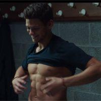 Rayane Bensetti sexy et torse nu dans la bande-annonce de son film Tamara