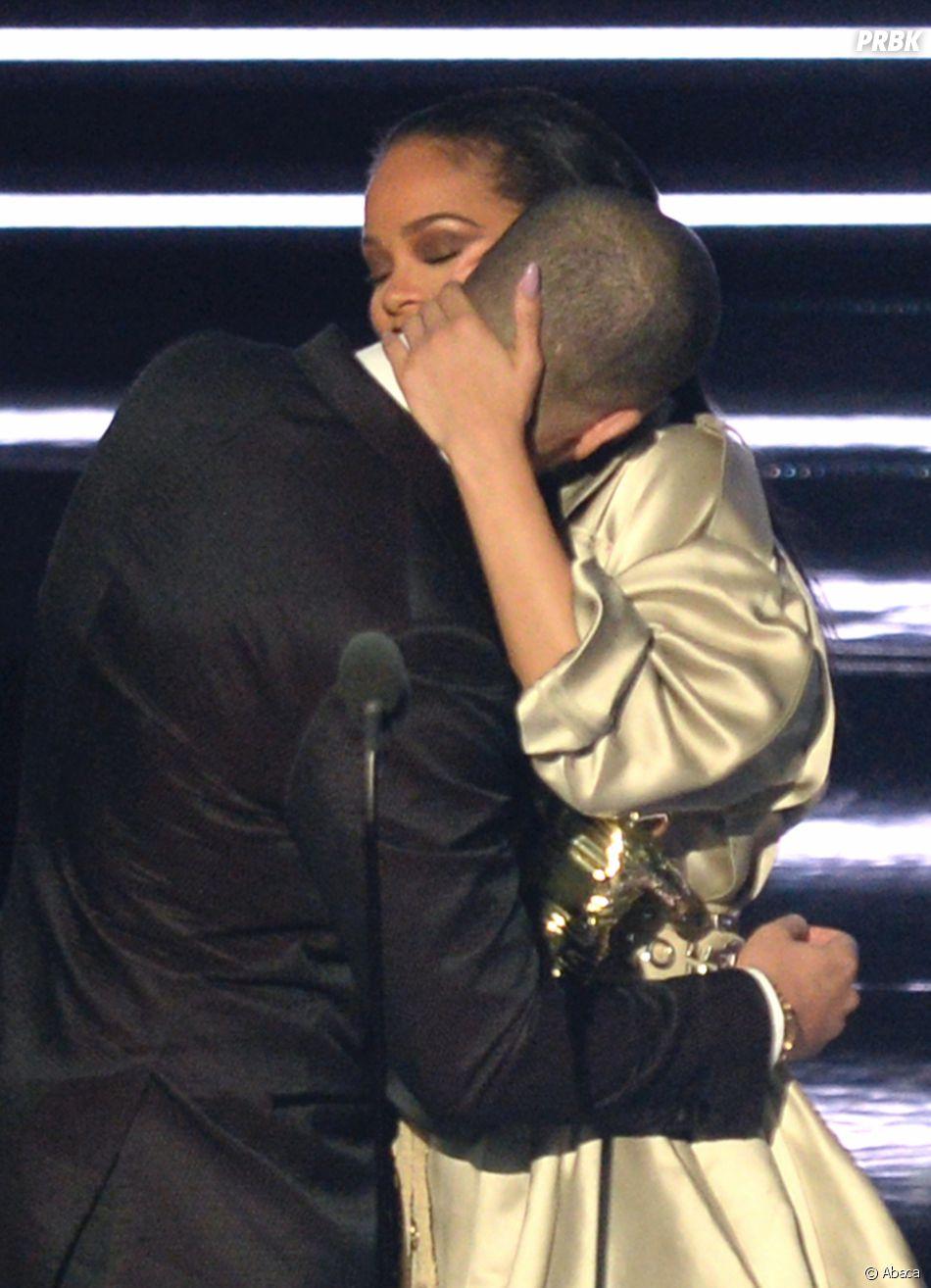 Rihanna et Drake sortiraient ensemble d'après le rumeurs, alors pourquoi s'afficher avec Taylor Swift ?