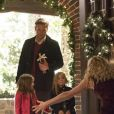 The Vampire Diaries saison 8, épisode 7 : Alaric (Matt Davis) et ses filles sur une photo