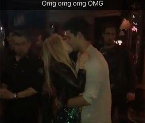 Taylor Lautner et Billie Lourd très proches lors d'une soirée