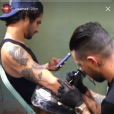 Tyler Posey (Teen Wolf) se fait tatouer en direct sur Instagram