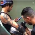 Tyler Posey (Teen Wolf) se fait tatouer en direct sur Instagram