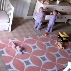 A 2 ans, il sauve son frère jumeau coincé sous un meuble 😱