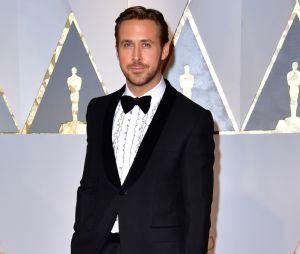 Oscars 2017 : Ryan Gosling ridiculisé à cause de sa chemise, il est aussi devenu un mème grâce à une photo avec une fan !