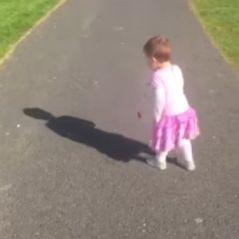 Une petite fille panique complètement en découvrant... son ombre