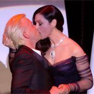 Monica Bellucci embrasse Alex Lutz pendant la cérémonie d'ouverture du Festival de Cannes 2017