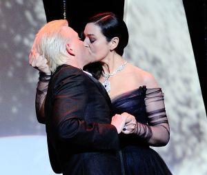 Monica Bellucci embrasse Alex Lutz à pleine bouche lors de la carémonie d'ouverture du Festival de Cannes 2017