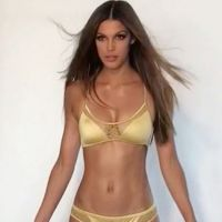 Iris Mittenaere : son shooting sexy (et drôle) en bikini fait fondre les internautes