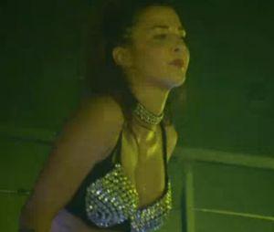 Evy (Les Anges 9) en manque d'argent ? Elle est redevenue gogo-danseuse !