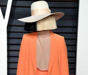 Sia : un paparazzi menace de vendre des photos d'elle nue, elle répond avec un cliché de ses fesses !
