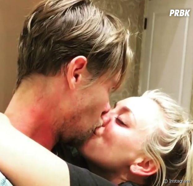 Kaley Cuoco (The Big Bang Theory) fiancée à son petit ami Karl Cook : elle dévoile sa bague de fiançailles !