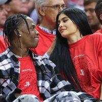 """Kylie Jenner enceinte ? Son chéri Travis Scott sème le doute : """"Ce ne sont que des suppositions"""""""