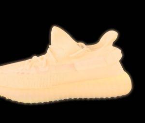 Kanye West dévoile les premières images des Yeezy Boost 350 V2 qui brillent dans le noir.
