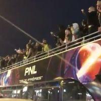 PNL improvise un concert sur les Champs Elysées à Paris : les fans en folie