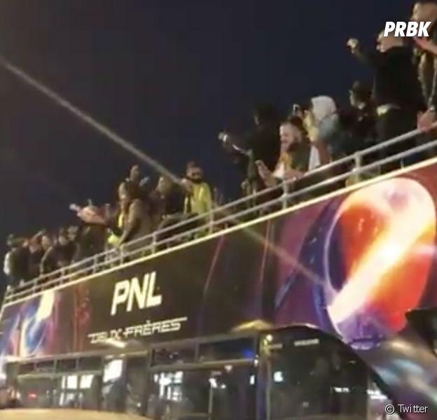PNL improvise un concert sur les Champs-Elysées à Paris : les fans en folie