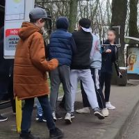 Un jeune se fait agresser par une bande en pleine rue... pour tester la réaction des témoins
