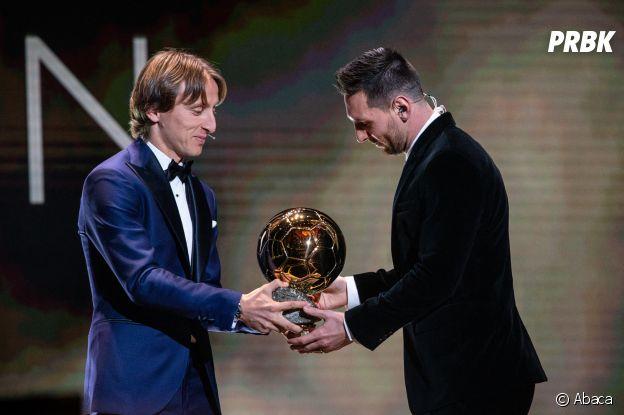 Luka Modric donne le Ballon d'Or 2019 à Lionel Messi