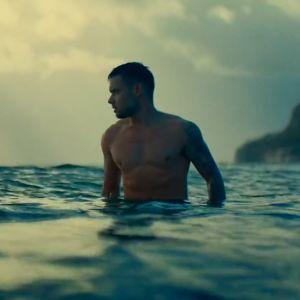 """Liam Payne se met à nu dans le clip """"Live Forever"""" pour déclarer son amour à une fille"""