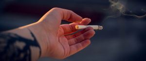 En Australie, jeter sa cigarette par la fenêtre de sa voiture sera passible de 6800 euros d'amende