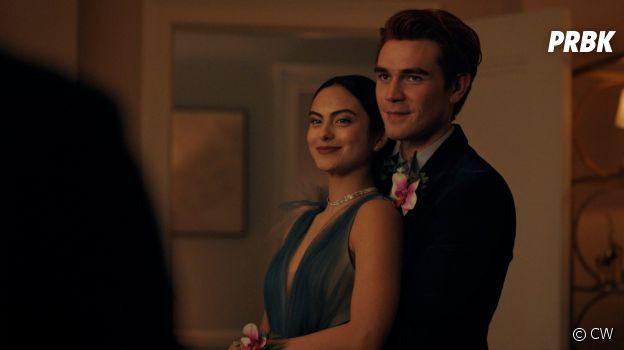Riverdale saison 5, épisode 1 : Archie (KJ Apa) et Veronica (Camila Mendes) sur une photo