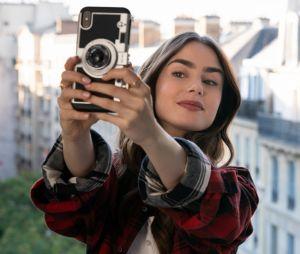 """Emily in Paris : une saison 2 moins clichée et des """"intrigues inattendues"""" ? Le créateur de la série Netflix, Darren Star, se confie sur la suite"""