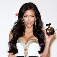 Kim Kardashian ... Gold et sexy pour son nouveau parfum (PHOTOS)