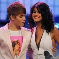 Justin Bieber ... Hypnotisé par le décolleté de Selena Gomez aux MuchMusic Video Awards 2011