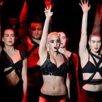 Lady Gaga : sobre mais épatante en concert pour le Japon (PHOTO)